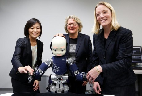 Prof. Dr. Friederike Eyssel (right) conducts research with Prof. Yukie Nagai PhD (left) from the University of Osaka. Both present here the former Science Minister Svenja Schulze (center) the robot iCub. Foto: Ina Fassbender