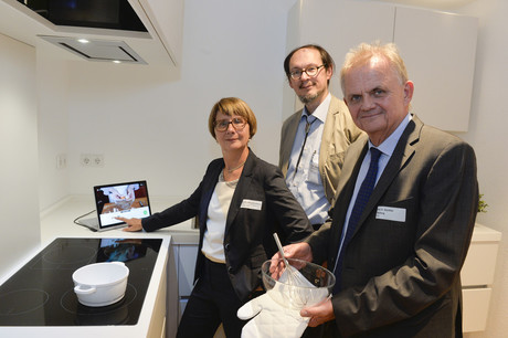 Cooking with KogniChef, without anything getting burnt (from left): Gabriele Albrecht-Lohmar from the BMBF, Prof. Dr. Helge Ritter of the Cluster of Excellence Cognitive Interaction Technology, and Prof. Dr. Günther Wienberg of Bethel. Photo: CITEC/Bielefeld University