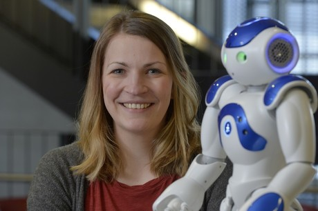 Dr. Laura Hoffmann explores how children can learn with a robot and robots can learn from children. Photo: CITEC/Bielefeld University