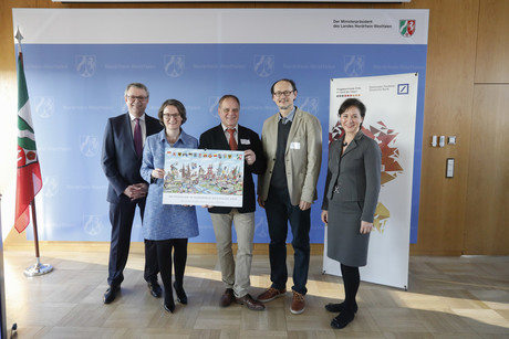 "North Rhine-Westphalia's Secretary of the Interior Ina Scharrenbach congratulates the prizewinning CITEC researchers from the ""Landmarks in the Land of Ideas"" competition. Pictured (from left) are: Thomas Buschmann (Deutsche Bank), Secretary Scharrenbach, Prof. Dr. Thomas Schack and Prof. Dr. Helge Ritter (both from CITEC), as well as Ute E. Weiland, Managing Director, Germany, Land of Ideas. Photo: CITEC/Bielefeld University"