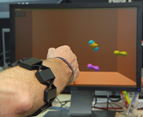 How does a hand prosthesis function properly even after the electrode cuff is readjusted? Researchers from Bielefeld University will demonstrate their system at the Hanover Trade Fair. Photo: Bielefeld University