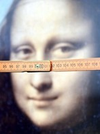 For their study, the researchers used folding rulers for measurement. Study participants indicated the number they thought her gaze was directed at. Photo: CITEC/ Bielefeld University