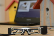 The Adamaas glasses help the user to build a bird house. Foto: CITEC/Bielefeld University
