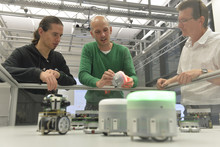 Timo Korthals (center) works with international experts for example of the Queensland University of Technology. Photo: CITEC/Bielefeld University